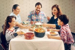 Family_eating_meal.jpg